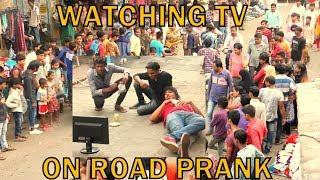 WATCHING TV ON ROAD PRANK | PRANK IN INDIA | BY VJ PAWAN SINGH