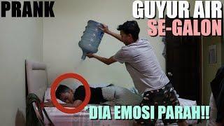 BANGUNIN ABANG GUA PAKE AIR SATU GALON !! DIA EMOSI PARAH? *prank gone wrong!!